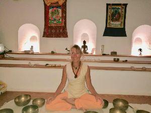 Tibetische Klangschalen Meditation im Resonanz-Raum Buddhacasa La Palma gleicht alle Chakren aus und wirkt zu tiefst heilend